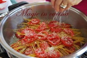 Spaghetti-crudi-in-casserola-con-pomodoro-e-mozzarella-[2]