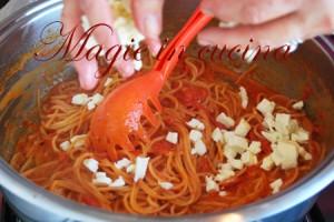 Spaghetti-crudi-in-casseruola-con-pomodoro-e-mozzarella-[3]