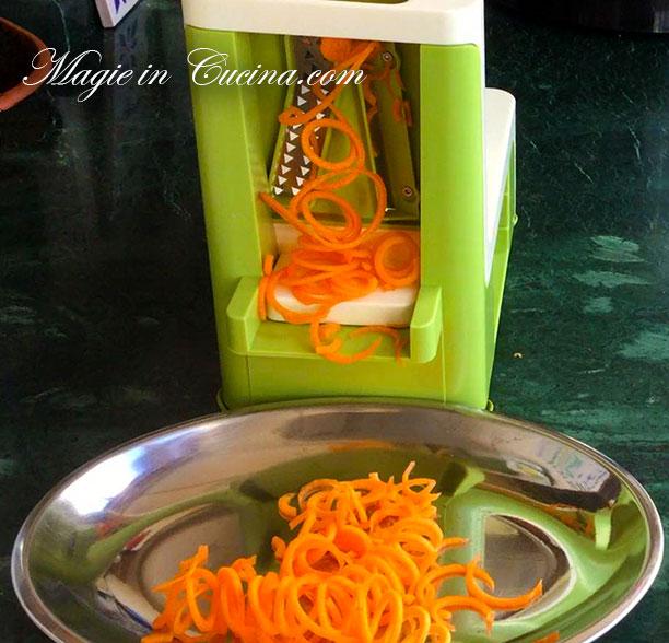 attrezzo-per-spaghetti-di-zucchine-e-carote-(2)