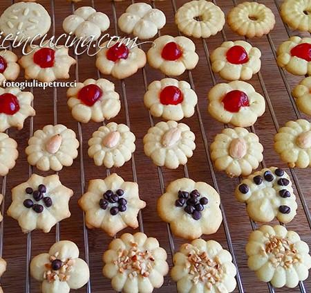 Biscotti di frolla montata con la sparabiscotti