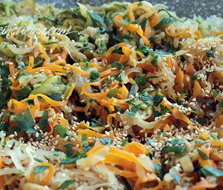 Nastri di daikon , carote e zucchine