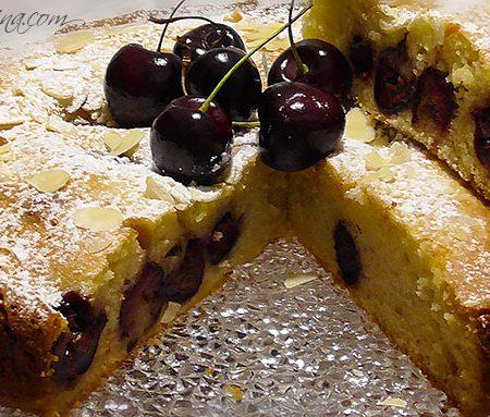 Torta soffice alle mandorle e ciliegie